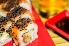 ιαπωνικός παραδοσιακός τροφίμων Φρέσκα σούσια σε ένα ιαπωνικό εστιατόριο Ιαπωνικά τρόφιμα σε έναν ξύλινο πίνακα Στοκ Φωτογραφίες