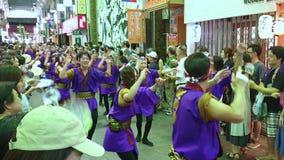 Ιαπωνικός παραδοσιακός Awaodori εκτελεστών χορός χορού στο διάσημο φεστιβάλ Koenji Awa Odori, Τόκιο, Ιαπωνία φιλμ μικρού μήκους