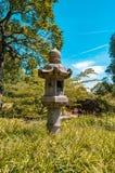 Ιαπωνικός τροφοδότης πουλιών στον κήπο Στοκ Φωτογραφίες