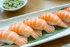 Ιαπωνικός sashimi τροφίμων σολομός, σολομός σουσιών στο ιαπωνικό εστιατόριο Στοκ Φωτογραφία