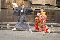 Ιαπωνικό ζεύγος που ντύνει τα παραδοσιακά ενδύματα Στοκ φωτογραφία με δικαίωμα ελεύθερης χρήσης