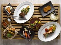 Ιαπωνικό καθορισμένο mezza γευμάτων με τα σούσια, ψημένο βόειο κρέας, snapper, veg Στοκ Εικόνα