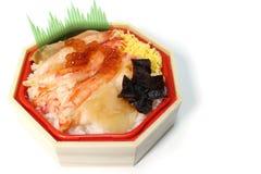 Ιαπωνικό καλαθάκι με φαγητό καβουριών στο λευκό στοκ φωτογραφίες