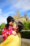 Ιαπωνικό κορίτσι που κρατά την αδελφή της Στοκ Φωτογραφία