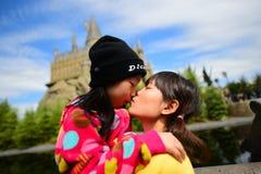 Ιαπωνικό κορίτσι που κρατά την αδελφή της Στοκ Εικόνες