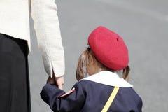 Ιαπωνικό κορίτσι στον παιδικό σταθμό ομοιόμορφο clasping ο υποχωρώντας αριθμός χεριών μητέρων της ` s Στοκ φωτογραφίες με δικαίωμα ελεύθερης χρήσης