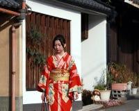 Ιαπωνικό κορίτσι στο φόρεμα κιμονό που περπατά στη διάβαση πεζών στο Κιότο Ιαπωνία στοκ εικόνα