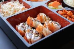ιαπωνικό μεσημεριανό γεύμ&alp κιβώτιο του γρήγορου φαγητού με το καπνισμένα χέλι και το λαχανικό Στοκ Φωτογραφία