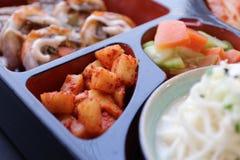 ιαπωνικό μεσημεριανό γεύμ&alp κιβώτιο του γρήγορου φαγητού με το καπνισμένα χέλι και το λαχανικό Στοκ Εικόνα