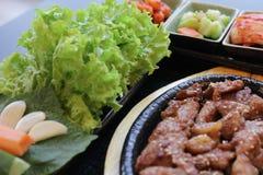 ιαπωνικό μεσημεριανό γεύμ&alp κιβώτιο του γρήγορου φαγητού με το καπνισμένα χέλι και το λαχανικό Στοκ φωτογραφία με δικαίωμα ελεύθερης χρήσης