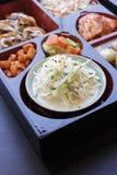 ιαπωνικό μεσημεριανό γεύμ&alp κιβώτιο του γρήγορου φαγητού με το καπνισμένα χέλι και το λαχανικό Στοκ εικόνα με δικαίωμα ελεύθερης χρήσης