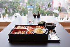 ιαπωνικό μεσημεριανό γεύμ&alp κιβώτιο του γρήγορου φαγητού με το καπνισμένα χέλι και το λαχανικό Στοκ εικόνες με δικαίωμα ελεύθερης χρήσης