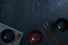 Ιαπωνικό ξύλινο κύπελλο στον πίνακα Στοκ Φωτογραφίες