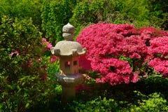 Ιαπωνικό πέτρινο φανάρι σε έναν κήπο Στοκ Φωτογραφίες