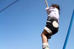 Ιαπωνικό παιχνίδι κοριτσιών με την πετώντας αλεπού Στοκ Φωτογραφίες