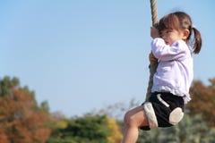 Ιαπωνικό παιχνίδι κοριτσιών με την πετώντας αλεπού Στοκ Εικόνες