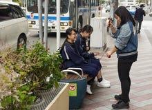 Ιαπωνικό παιχνίδι κοριτσιών με ένα kendama Στοκ φωτογραφία με δικαίωμα ελεύθερης χρήσης