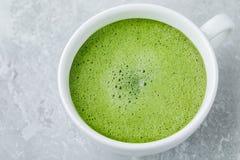 Ιαπωνικό πράσινο τσάι latte στο άσπρο φλυτζάνι στο γκρίζο υπόβαθρο Στοκ φωτογραφία με δικαίωμα ελεύθερης χρήσης