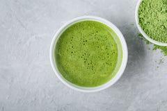 Ιαπωνικό πράσινο τσάι matcha latte στο άσπρο κύπελλο στο γκρίζο υπόβαθρο Στοκ Εικόνα