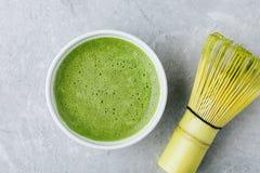 Ιαπωνικό πράσινο τσάι matcha latte στο άσπρο κύπελλο στο γκρίζο υπόβαθρο Στοκ Εικόνες