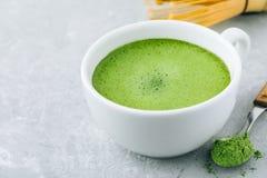 Ιαπωνικό πράσινο τσάι matcha latte στο άσπρο φλυτζάνι στο γκρίζο υπόβαθρο Στοκ εικόνα με δικαίωμα ελεύθερης χρήσης