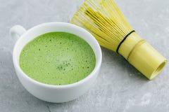 Ιαπωνικό πράσινο τσάι matcha latte στο άσπρο φλυτζάνι στο γκρίζο υπόβαθρο Στοκ φωτογραφίες με δικαίωμα ελεύθερης χρήσης