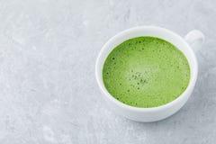 Ιαπωνικό πράσινο τσάι matcha latte στο άσπρο φλυτζάνι στο γκρίζο υπόβαθρο Στοκ εικόνες με δικαίωμα ελεύθερης χρήσης
