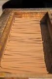 Ιαπωνικό ραβδί κινέζικων ειδώλων στο ξύλινο κιβώτιο Στοκ Εικόνες