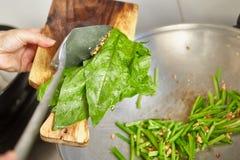 Ιαπωνικό σπανάκι Sauteing Στοκ Φωτογραφίες
