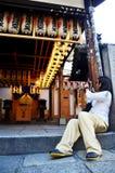 Ιαπωνικό φανάρι ο φωτογραφιών πυροβολισμού καμερών χρήσης ταξιδιωτικών ταϊλανδικό γυναικών Στοκ Εικόνες