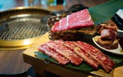 Ιαπωνικό bbq Yakiniku με το ακατέργαστο πιάτο κρέατος βόειου κρέατος στην πλευρά στοκ εικόνα