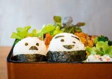 Ιαπωνικό Bento με τους ρόλους ρυζιού προσώπου Smiley Στοκ φωτογραφία με δικαίωμα ελεύθερης χρήσης