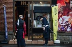 Ιαπωνικό cosplayer (μιμηθείτε τη φθορά στο διάσημα κινηματογράφο ή τα κινούμενα σχέδια) στον αρχαίο πολεμιστή στοκ φωτογραφία