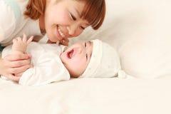 Ιαπωνικό mom και το μωρό της στοκ εικόνες με δικαίωμα ελεύθερης χρήσης
