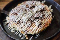Ιαπωνικό okonomiyaki τροφίμων, ιαπωνική πίτσα στοκ εικόνες