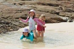 διασκέδαση παιδιών παραλ& Στοκ εικόνα με δικαίωμα ελεύθερης χρήσης