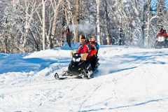 διασκέδαση πατέρων που έχει το χειμώνα γιων αιθουσών παγοδρομίας αναψυχής Στοκ Εικόνες