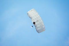 διασκέδαση που ρίχνει τον ουρανό με αλεξίπτωτο skydiver Στοκ φωτογραφία με δικαίωμα ελεύθερης χρήσης