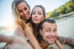 διασκέδαση φίλων παραλιών Στοκ Φωτογραφίες