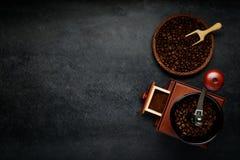 Διαστημική περιοχή αντιγράφων με το μύλο καφέ και τα καφετιά φασόλια Στοκ Εικόνα