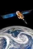 Διαστημικός δορυφόρος πέρα από το πλανήτη Γη Στοκ Φωτογραφία