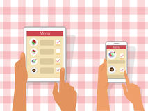 Διαταγή των τροφίμων που χρησιμοποιούν τις συσκευές Στοκ εικόνα με δικαίωμα ελεύθερης χρήσης