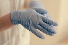 Ιατρικά γάντια λατέξ στοκ εικόνες