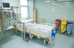 Ιατρικά κρεβάτια με τα αναπνευστικά και συστήματα εντατικής θεραπείας στοκ φωτογραφίες