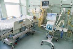 Ιατρικά κρεβάτια με τα αναπνευστικά και συστήματα εντατικής θεραπείας στοκ εικόνες