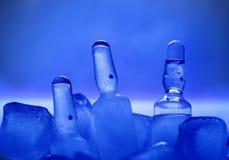 Ιατρικά φιαλίδια στον πάγο. Στοκ Φωτογραφία