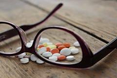 Ιατρικά χάπια και γυαλιά Στοκ φωτογραφία με δικαίωμα ελεύθερης χρήσης