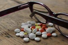 Ιατρικά χάπια και γυαλιά Στοκ Εικόνες