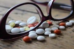 Ιατρικά χάπια και γυαλιά Στοκ Φωτογραφία
