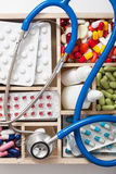 Ιατρικά χάπια και φιαλίδια στο ξύλινο κιβώτιο Στοκ Εικόνα
